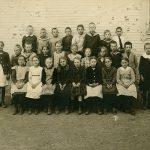 En skolklass uppställd utanför Kyrkskolan i Danderyd cirka 1922.
